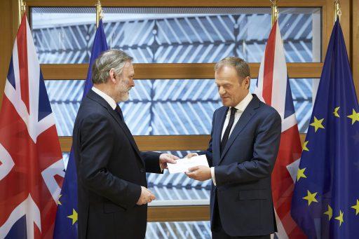 Storbritanniens EU-ambassadör Tim Barrow överlämnade avskedsbrevet till Donald Tusk.