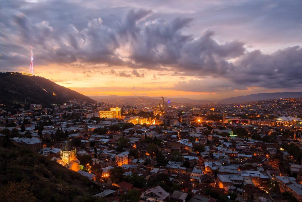 Bilden är från Georgiens huvudstad Tbilisi. Bild: Jaanus Jagomägi on Unsplash
