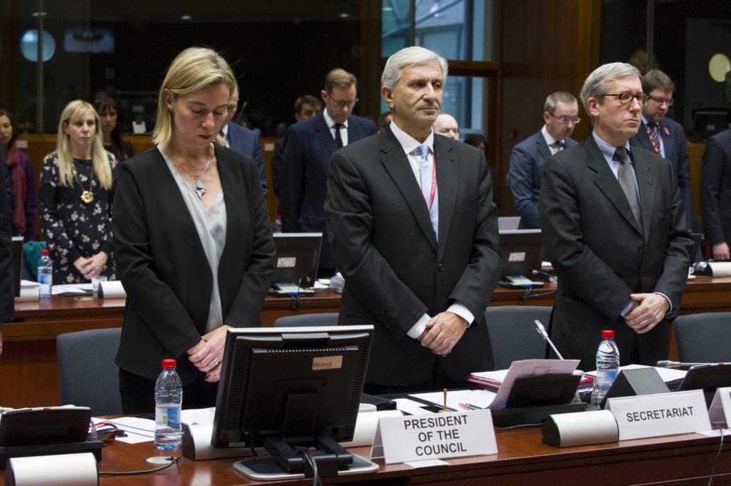 Ulkoasianneuvosto piti hiljaisen hetken Pariisin terrori-iskujen uhrien muistolle marraskuussa 2015.