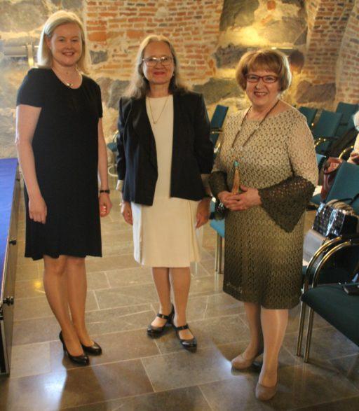 Från vänster i bild: Twinning-koordinator Heidi Lempinen, Anneli Temmes från HAUS och Eija-Leena Linkola.