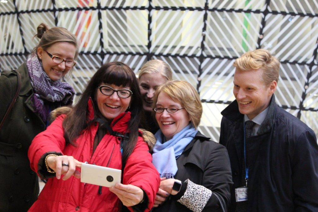 Leena Brandt (andra från vänster) jublar över EU:s roamingbeslut med kollegor från Finlands EU-beskickning 2017.