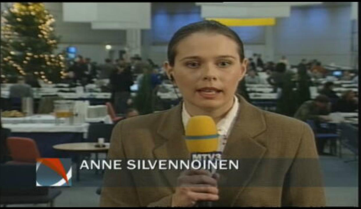 Anne Silvennoinen (nyk. Sjöholm) raportoimassa MTV:llä huippukokouksesta vuonna 1999.