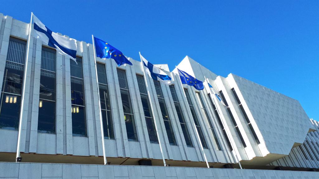 Suomen kolmannen EU-puheenjohtajakauden aikana Finlandia-talolla liehuivat niin Suomen kuin Euroopan liput. Kuva: Eurooppatiedotus