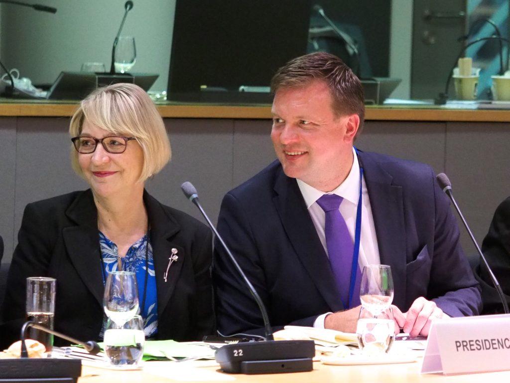 Suomen pysyvä EU-edustaja Marja Rislakki ja kehitysyhteistyö- ja ulkomaankauppaministeri Ville Skinnari kauppaministerien epävirallisessa lounastapaamisessa Brysselissä. Kuva: Euroopan unioni