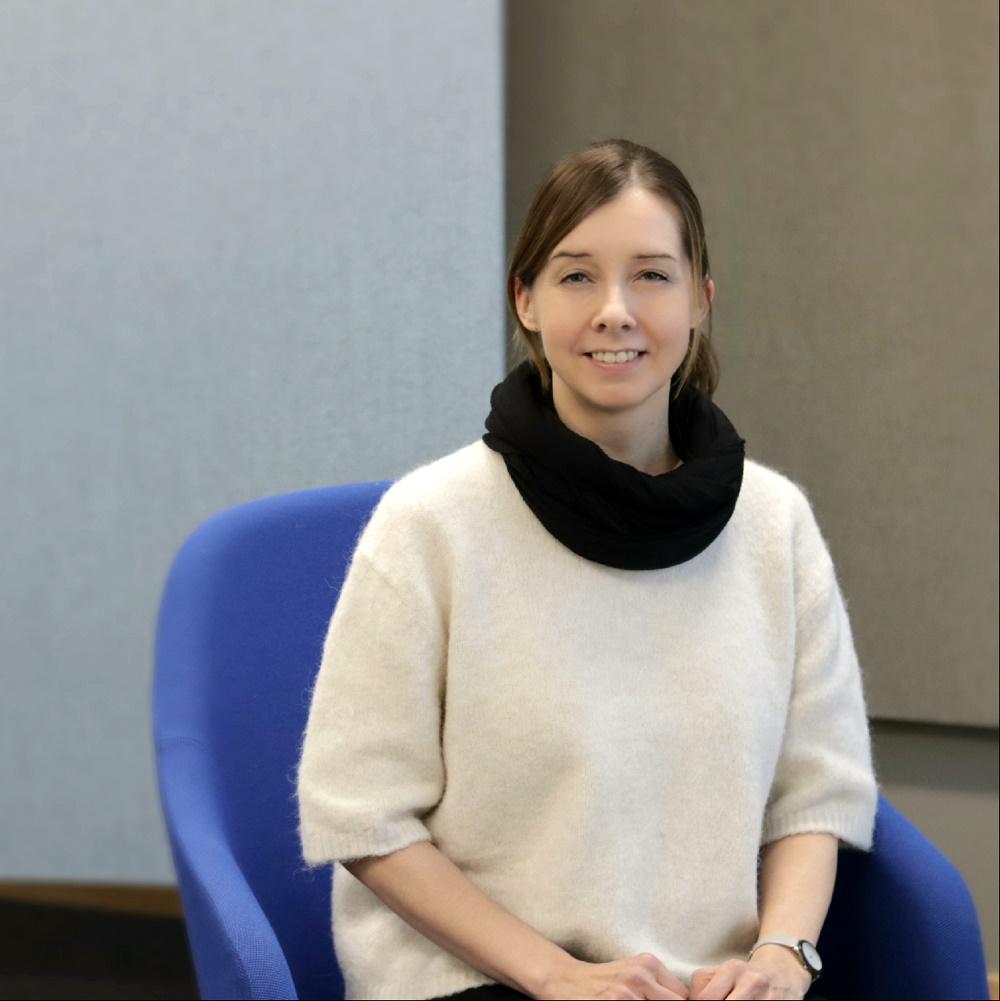 Milla Lahtinen arbetar vid Konsument Europa i Finland i Sörnäs. Bild: Konkurrens- och konsumentverket