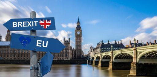 Maisemakuva Lontoon Thamesilta, Westminsterin edestä. Kuvassa in tienviitta, jossa on toiseen suuntaan Brexit ja toiseen suuntaan EU kyltit.